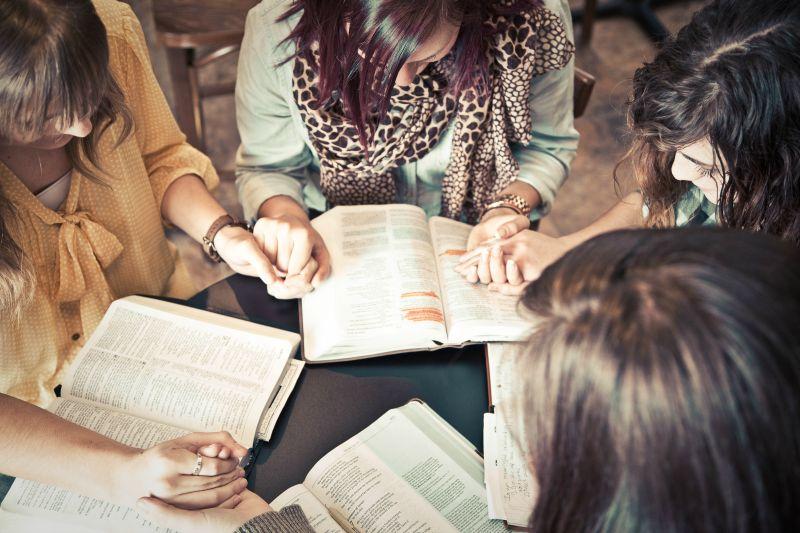 Women praying 800